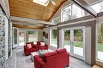 Wohnzimmer im Hausanbau mit offenem Spitzdach