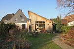 Hausanbau mit Steildach und Holzfassade