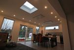 Hausanbau mit Flachdachfenster und Lichtband